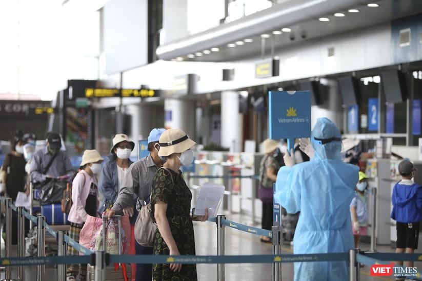 Ảnh: Những du khách mắc kẹt vì dịch COVID-19 bắt đầu rời Đà Nẵng ảnh 3
