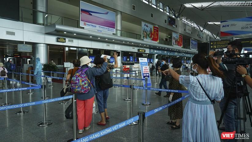 Ảnh: Những du khách mắc kẹt vì dịch COVID-19 bắt đầu rời Đà Nẵng ảnh 9