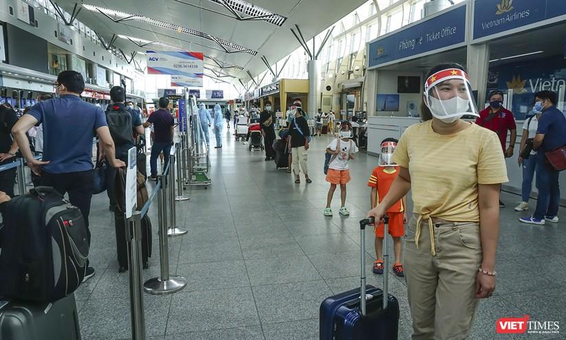 Ảnh: Những du khách mắc kẹt vì dịch COVID-19 bắt đầu rời Đà Nẵng ảnh 10