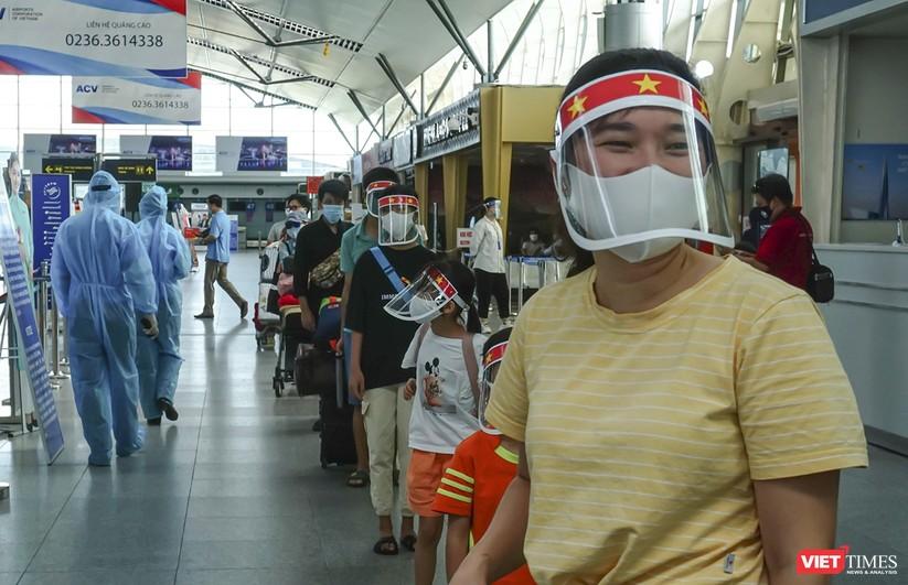 Ảnh: Những du khách mắc kẹt vì dịch COVID-19 bắt đầu rời Đà Nẵng ảnh 8