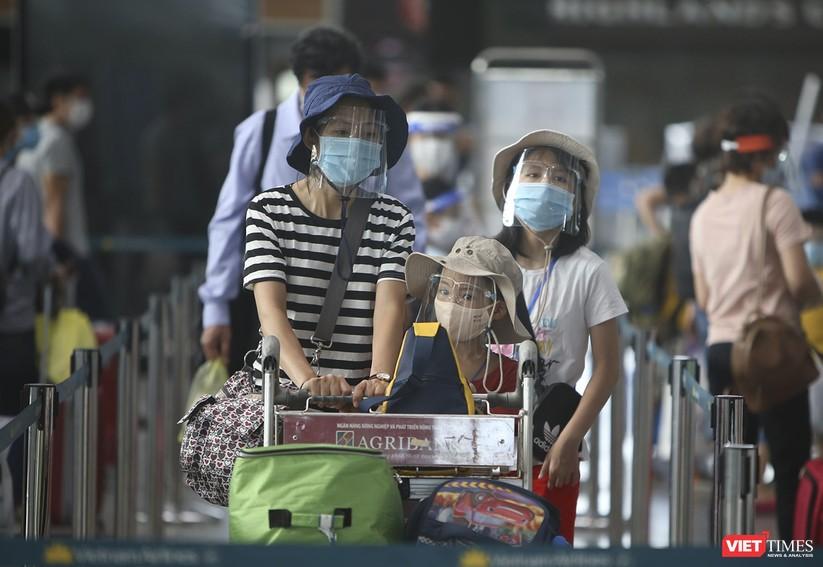 Ảnh: Những du khách mắc kẹt vì dịch COVID-19 bắt đầu rời Đà Nẵng ảnh 7