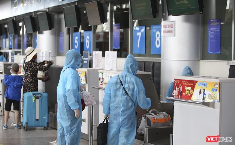 Ảnh: Những du khách mắc kẹt vì dịch COVID-19 bắt đầu rời Đà Nẵng ảnh 6