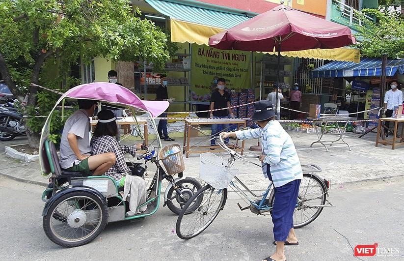 """Ảnh: Ấm lòng """"chợ thực phẩm 0 đồng"""" hỗ trợ người dân ở Đà Nẵng ảnh 9"""