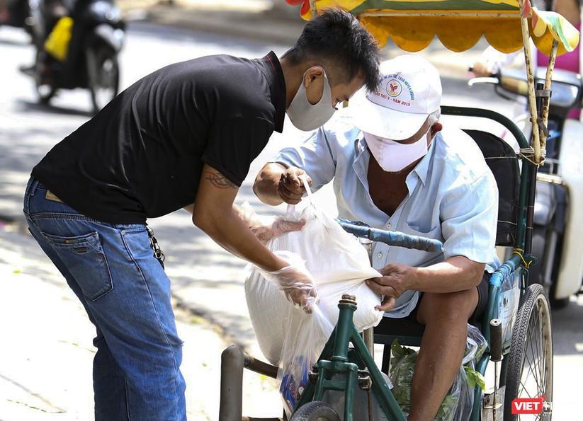 """Ảnh: Ấm lòng """"chợ thực phẩm 0 đồng"""" hỗ trợ người dân ở Đà Nẵng ảnh 10"""