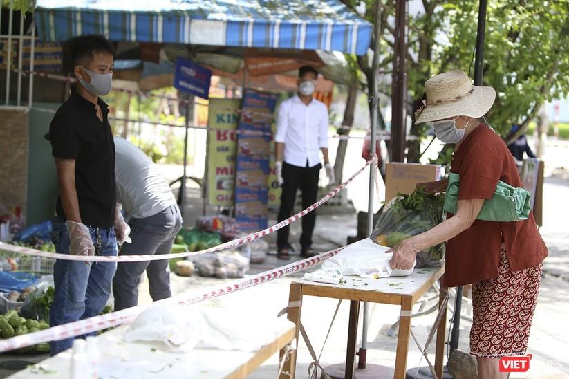 """Ảnh: Ấm lòng """"chợ thực phẩm 0 đồng"""" hỗ trợ người dân ở Đà Nẵng ảnh 12"""