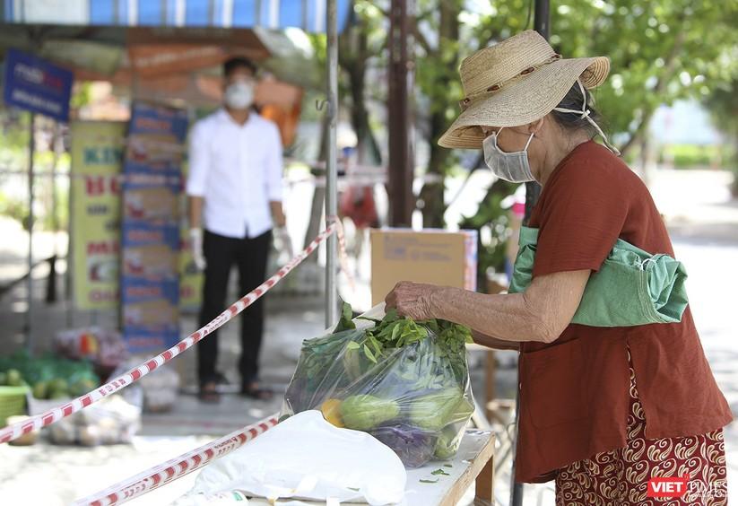 """Ảnh: Ấm lòng """"chợ thực phẩm 0 đồng"""" hỗ trợ người dân ở Đà Nẵng ảnh 11"""