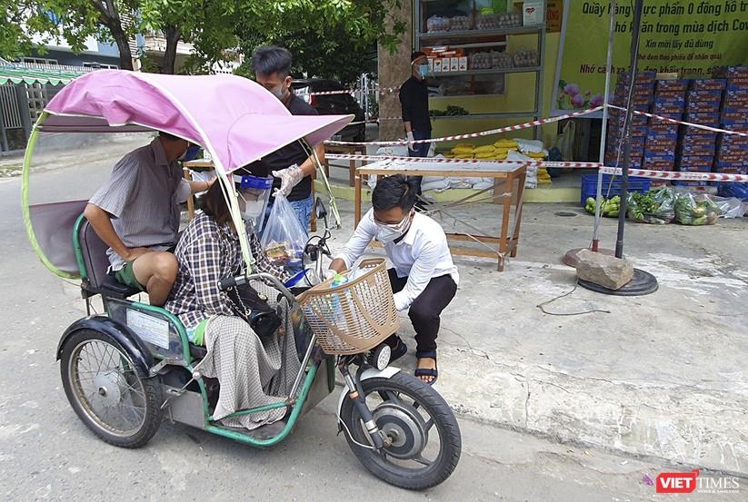 """Ảnh: Ấm lòng """"chợ thực phẩm 0 đồng"""" hỗ trợ người dân ở Đà Nẵng ảnh 7"""