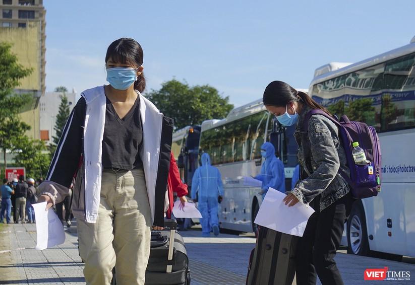 """Ảnh: Khoảnh khắc hơn 700 người dân Quảng Ngãi bị """"mắc kẹt"""" ở Đà Nẵng trước giờ về quê ảnh 11"""