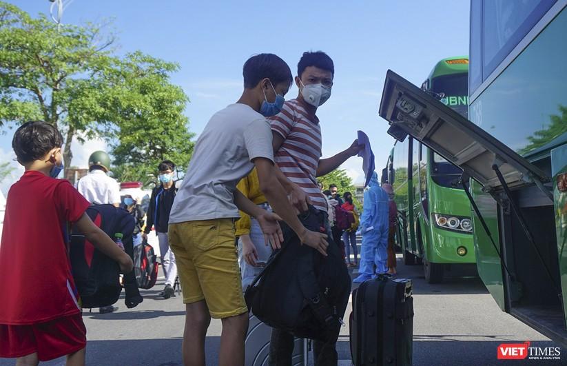 """Ảnh: Khoảnh khắc hơn 700 người dân Quảng Ngãi bị """"mắc kẹt"""" ở Đà Nẵng trước giờ về quê ảnh 8"""