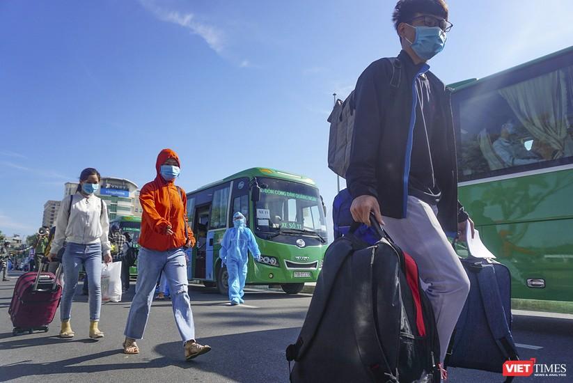 """Ảnh: Khoảnh khắc hơn 700 người dân Quảng Ngãi bị """"mắc kẹt"""" ở Đà Nẵng trước giờ về quê ảnh 1"""
