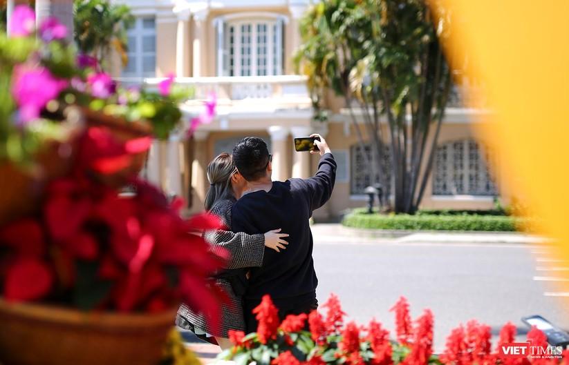 Ảnh: Đà Nẵng nắng đẹp, người dân đổ ra đường hoa đón xuân mới ảnh 18