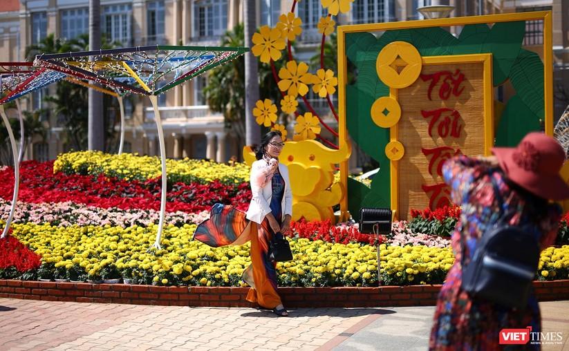 Ảnh: Đà Nẵng nắng đẹp, người dân đổ ra đường hoa đón xuân mới ảnh 17