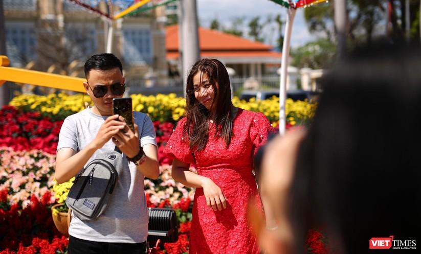 Ảnh: Đà Nẵng nắng đẹp, người dân đổ ra đường hoa đón xuân mới ảnh 8