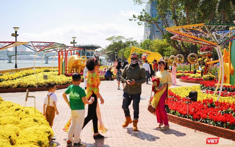 Ảnh: Đà Nẵng nắng đẹp, người dân đổ ra đường hoa đón xuân mới ảnh 6