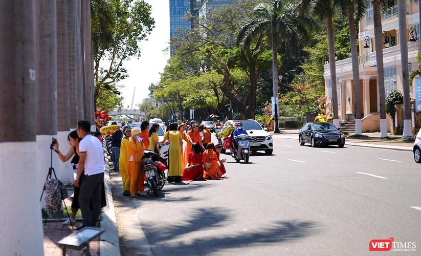 Ảnh: Đà Nẵng nắng đẹp, người dân đổ ra đường hoa đón xuân mới ảnh 7