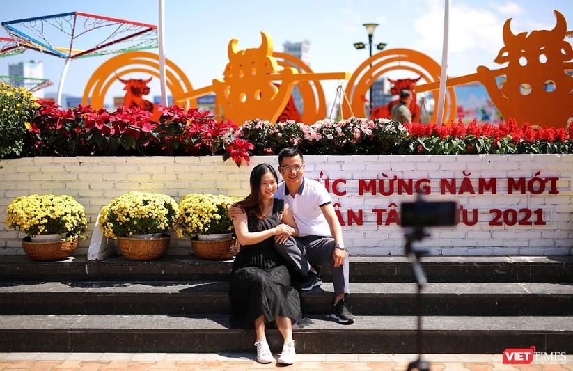 Ảnh: Đà Nẵng nắng đẹp, người dân đổ ra đường hoa đón xuân mới ảnh 21