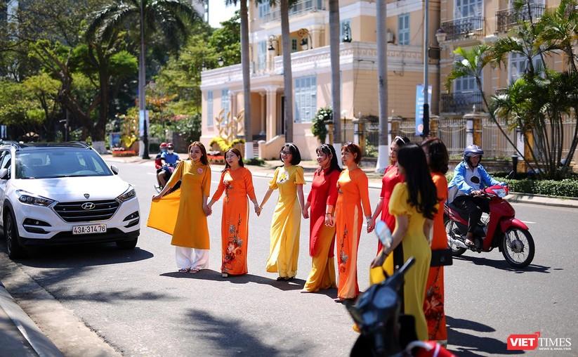 Ảnh: Đà Nẵng nắng đẹp, người dân đổ ra đường hoa đón xuân mới ảnh 2