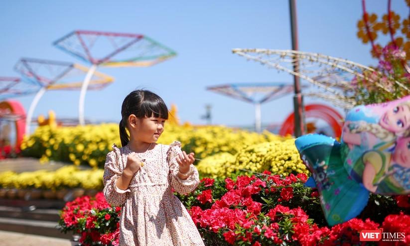 Ảnh: Đà Nẵng nắng đẹp, người dân đổ ra đường hoa đón xuân mới ảnh 19