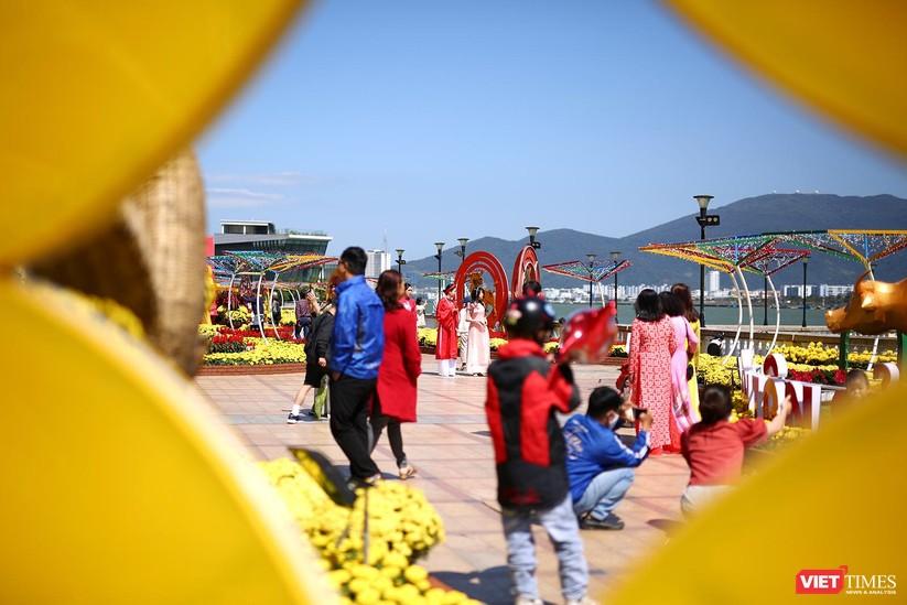 Ảnh: Đà Nẵng nắng đẹp, người dân đổ ra đường hoa đón xuân mới ảnh 4
