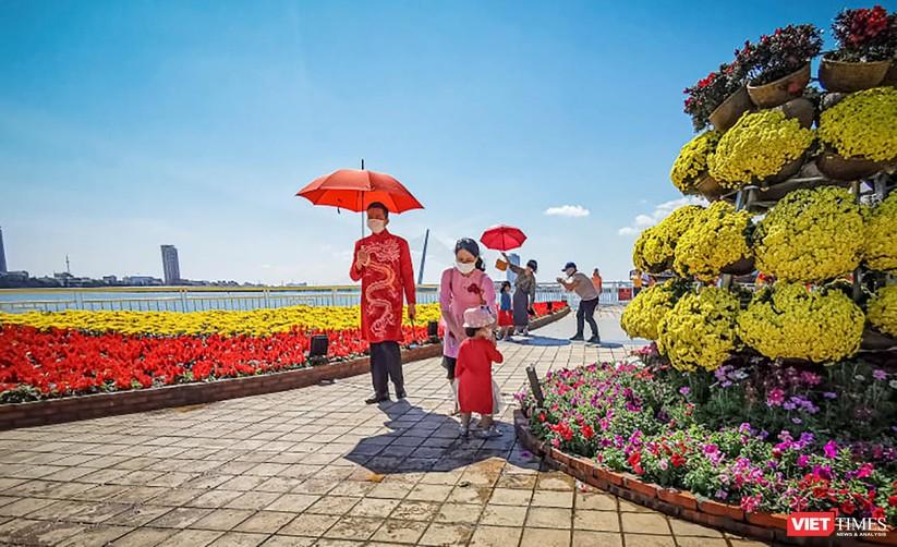 Ảnh: Đà Nẵng nắng đẹp, người dân đổ ra đường hoa đón xuân mới ảnh 10