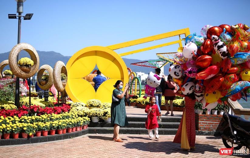 Ảnh: Đà Nẵng nắng đẹp, người dân đổ ra đường hoa đón xuân mới ảnh 1