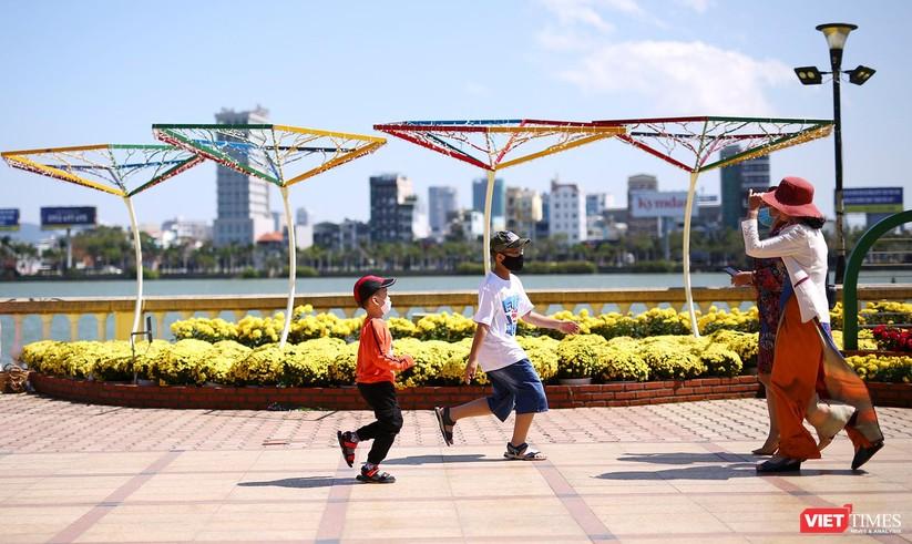 Ảnh: Đà Nẵng nắng đẹp, người dân đổ ra đường hoa đón xuân mới ảnh 5