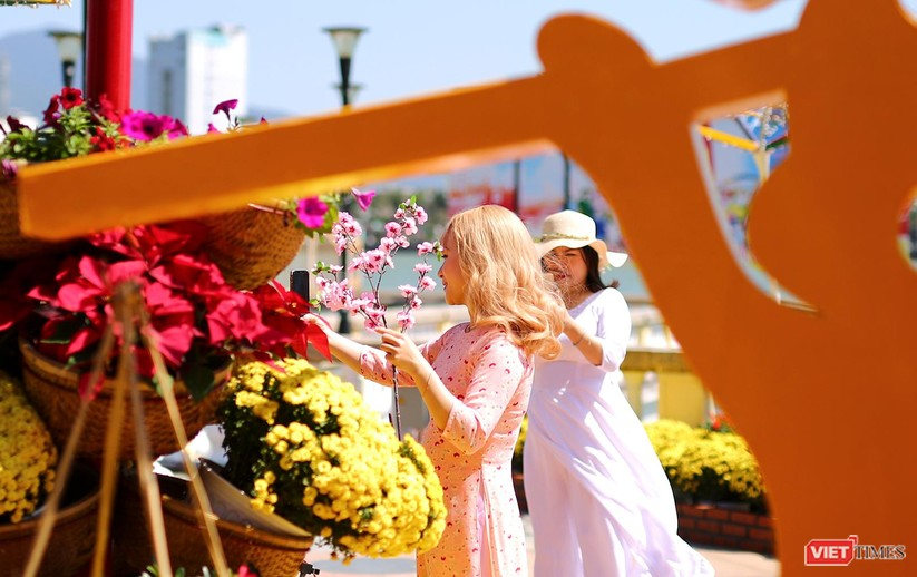 Ảnh: Đà Nẵng nắng đẹp, người dân đổ ra đường hoa đón xuân mới ảnh 20