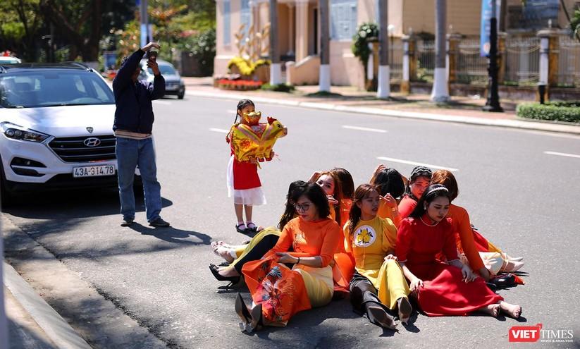 Ảnh: Đà Nẵng nắng đẹp, người dân đổ ra đường hoa đón xuân mới ảnh 23