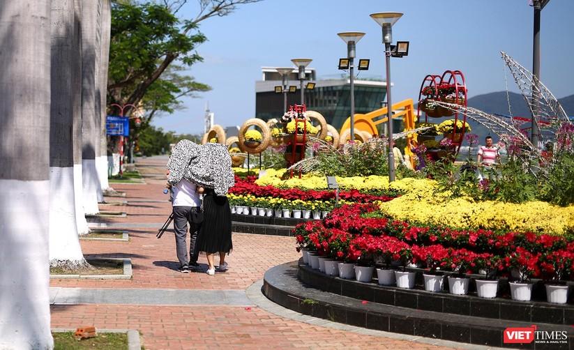 Ảnh: Đà Nẵng nắng đẹp, người dân đổ ra đường hoa đón xuân mới ảnh 25