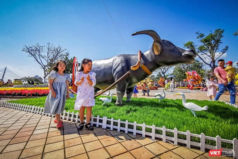 Ảnh: Đà Nẵng nắng đẹp, người dân đổ ra đường hoa đón xuân mới ảnh 11