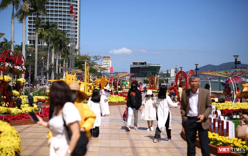Ảnh: Đà Nẵng nắng đẹp, người dân đổ ra đường hoa đón xuân mới ảnh 12