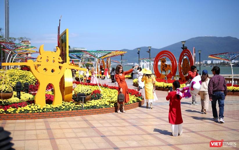 Ảnh: Đà Nẵng nắng đẹp, người dân đổ ra đường hoa đón xuân mới ảnh 9