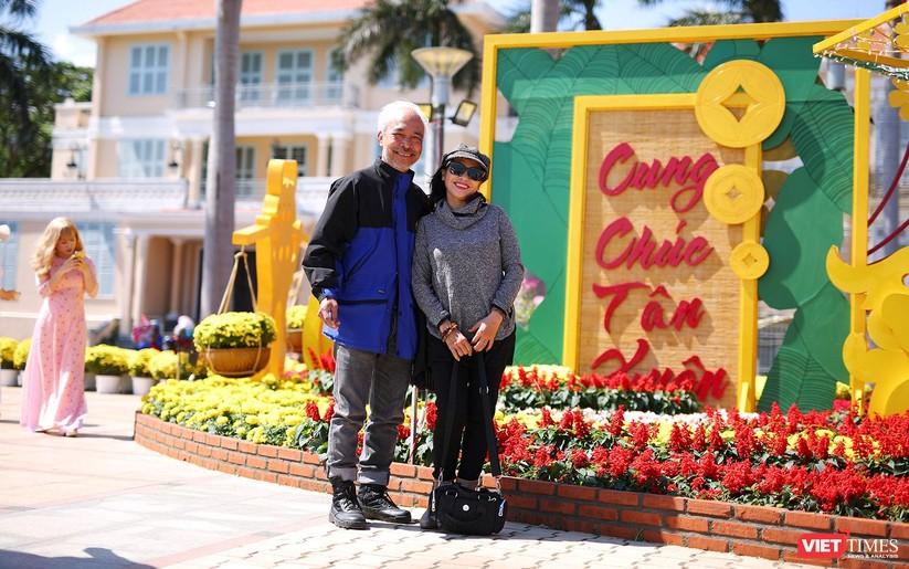 Ảnh: Đà Nẵng nắng đẹp, người dân đổ ra đường hoa đón xuân mới ảnh 15