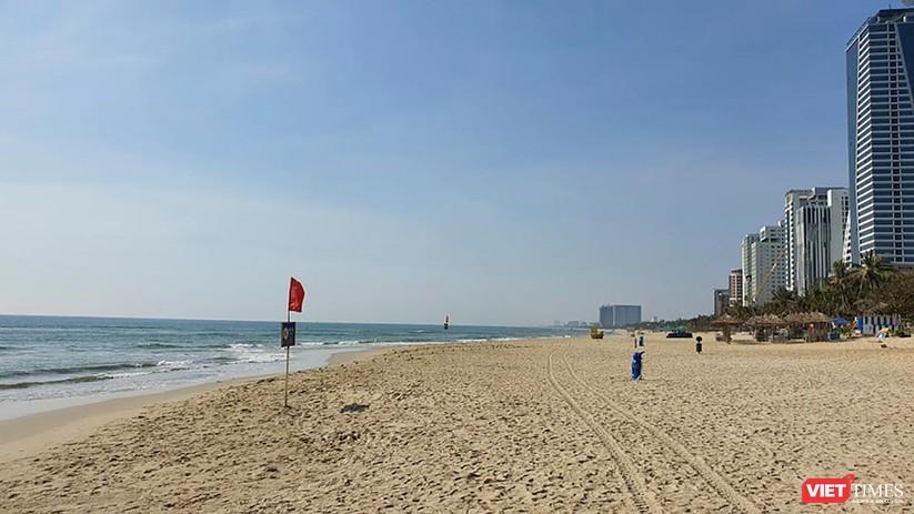 Ảnh: Biển Đà Nẵng vắng bóng người sau khi phát hiện ca mắc COVID-19 mới trong cộng đồng ảnh 11