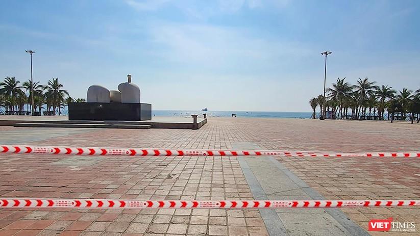 Ảnh: Biển Đà Nẵng vắng bóng người sau khi phát hiện ca mắc COVID-19 mới trong cộng đồng ảnh 4