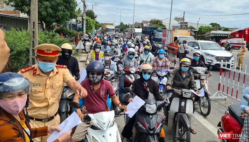 """Ảnh: Hàng ngàn người dân Quảng Nam hối hả rời Đà Nẵng trước giờ """"giới nghiêm"""" ảnh 6"""