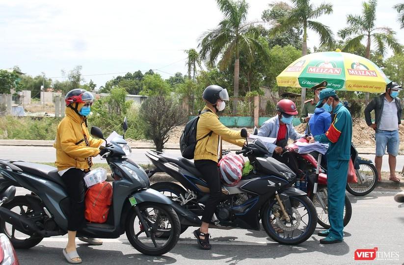 """Ảnh: Hàng ngàn người dân Quảng Nam hối hả rời Đà Nẵng trước giờ """"giới nghiêm"""" ảnh 4"""