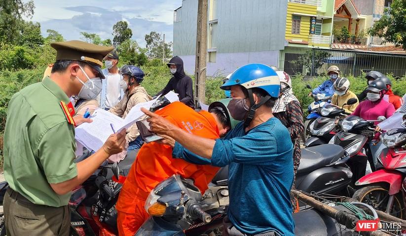 """Ảnh: Hàng ngàn người dân Quảng Nam hối hả rời Đà Nẵng trước giờ """"giới nghiêm"""" ảnh 7"""