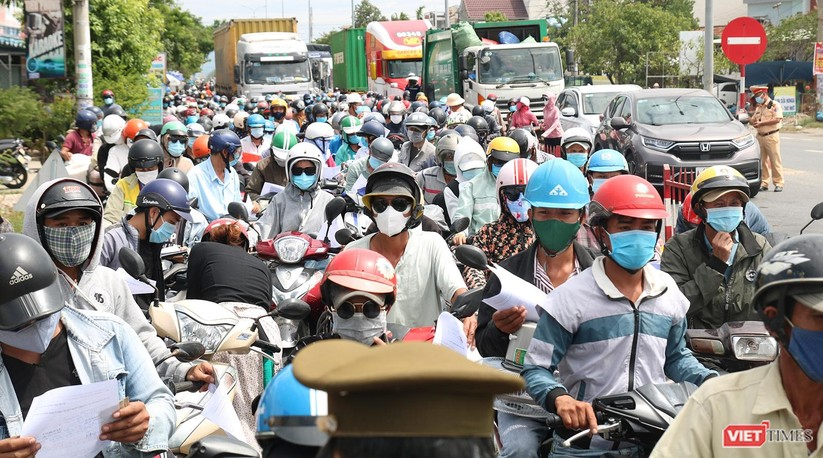 """Ảnh: Hàng ngàn người dân Quảng Nam hối hả rời Đà Nẵng trước giờ """"giới nghiêm"""" ảnh 8"""