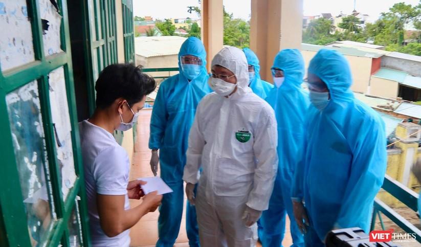 Quảng Nam: Chủ tịch UBND tỉnh đến khu cách ly thăm người dân được đón về từ TP HCM trở về ảnh 8