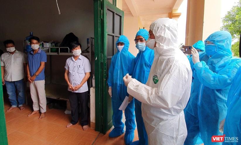 Quảng Nam: Chủ tịch UBND tỉnh đến khu cách ly thăm người dân được đón về từ TP HCM trở về ảnh 6