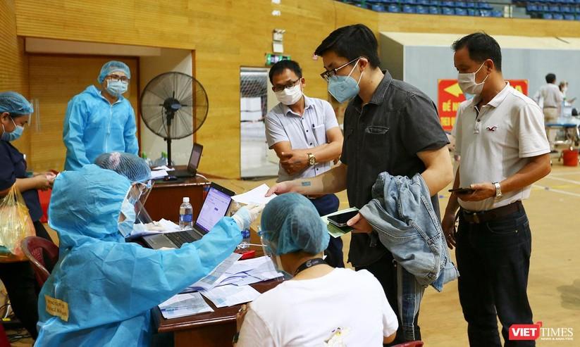 Ảnh: Đà Nẵng ngày đầu tiêm vaccine COVID-19 Spikevax trong cộng đồng ảnh 37