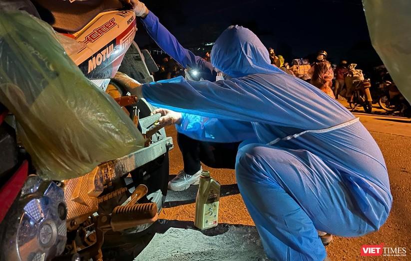 Ảnh: Đội sinh viên tình nguyện Đà Nẵng xuyên đêm tiếp sức người dân đi xe máy về quê tránh dịch ảnh 16