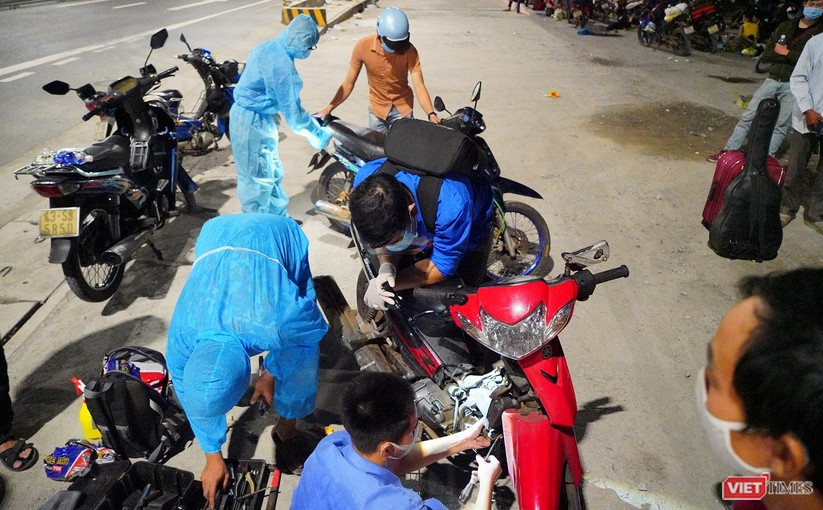 Ảnh: Đội sinh viên tình nguyện Đà Nẵng xuyên đêm tiếp sức người dân đi xe máy về quê tránh dịch ảnh 6
