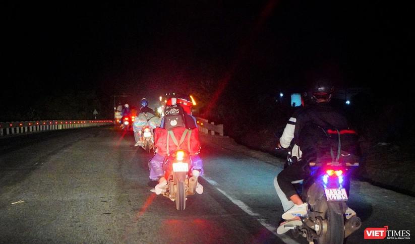 Ảnh: Đội sinh viên tình nguyện Đà Nẵng xuyên đêm tiếp sức người dân đi xe máy về quê tránh dịch ảnh 31