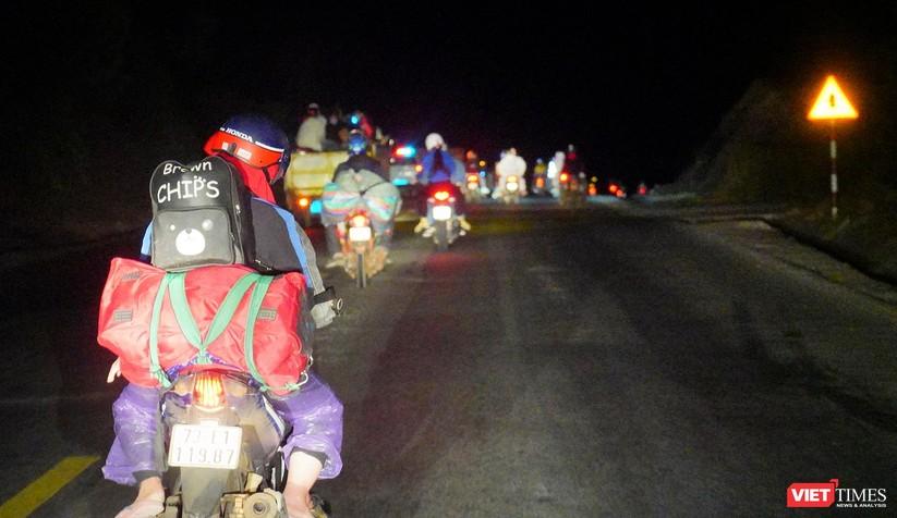 Ảnh: Đội sinh viên tình nguyện Đà Nẵng xuyên đêm tiếp sức người dân đi xe máy về quê tránh dịch ảnh 30