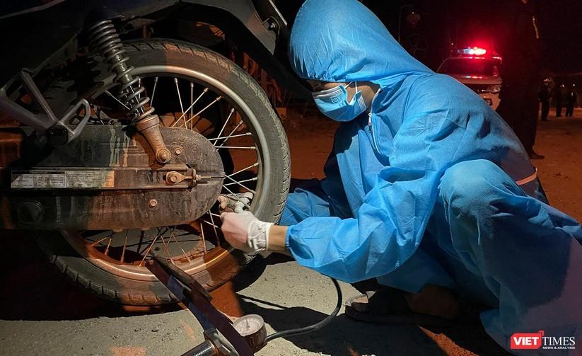 Ảnh: Đội sinh viên tình nguyện Đà Nẵng xuyên đêm tiếp sức người dân đi xe máy về quê tránh dịch ảnh 20