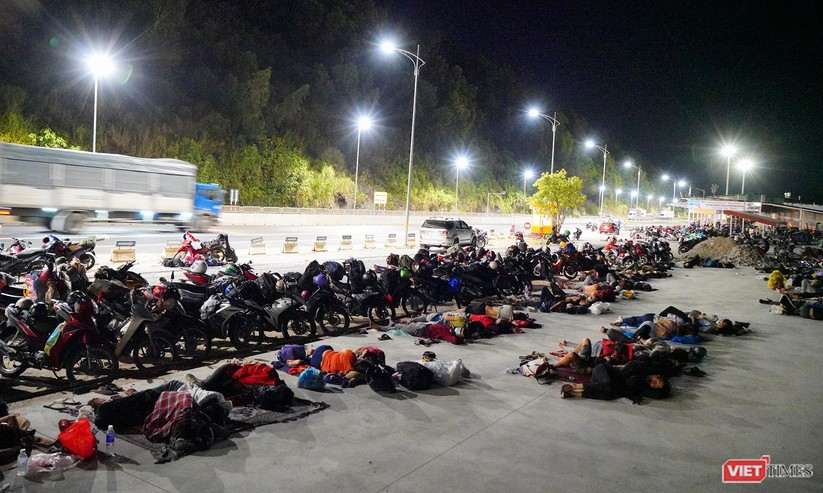 Ảnh: Đội sinh viên tình nguyện Đà Nẵng xuyên đêm tiếp sức người dân đi xe máy về quê tránh dịch ảnh 21