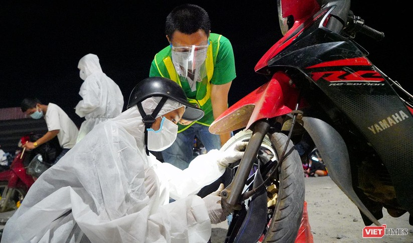 Ảnh: Đội sinh viên tình nguyện Đà Nẵng xuyên đêm tiếp sức người dân đi xe máy về quê tránh dịch ảnh 19