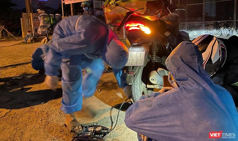 Ảnh: Đội sinh viên tình nguyện Đà Nẵng xuyên đêm tiếp sức người dân đi xe máy về quê tránh dịch ảnh 14